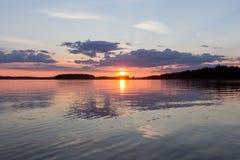 Piękny zmierzch przy spokojnym jeziorem Finlandia zdjęcie stock