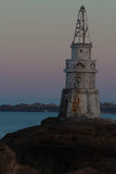 Piękny zmierzch przy Starą latarnią morską w porcie Ahtopol, Czarnym Fotografia Stock