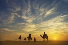 Piękny zmierzch przy Thar pustynią z wielbłądzią karawaną, jaisaimer, ind Fotografia Royalty Free