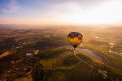 Piękny zmierzch z balonem przy Chiang Raja zdjęcie stock