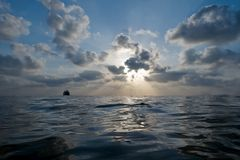 Piękny zmierzch z chmurnym niebieskim niebem nad wodą morze Zdjęcie Royalty Free