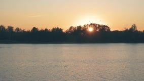 Piękny zmierzch z pomarańczowym niebem i menchiami chmurnieje nad rzeka zbiory wideo