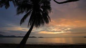 Piękny zmierzchu koksu i nieba morze wyrzucać na brzeg w trata prowinci tajlandzkiej zbiory wideo