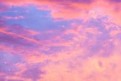 Piękny zmierzchu nieba abstrakta tło Niebo z czerwieni menchii chmurami w kontekście niebieskie chmury odpowiadają trawy zielone  Fotografia Stock