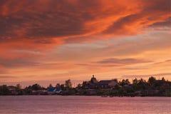 Piękny zmierzchu niebo, chmury po burzy i Wioska Rabocheostrovsk, republika Karelia, Rosja wybrzeże biel Zdjęcie Stock