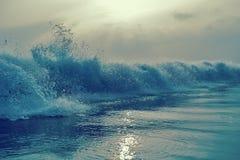 Piękny zmierzchu niebo i spokój woda morska Lato denny zmierzch, Karon plaża, Phuket, Obrazy Royalty Free