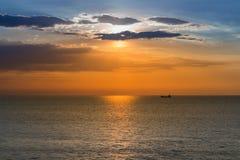 Piękny zmierzchu niebo nad seacoast linią horyzontu Fotografia Stock