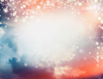 Piękny zmierzchu niebo z chmurami i kierdlem latający ptaki plenerowymi, Zdjęcie Stock