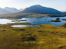 Piękny zmierzchu widok Connemara Sceniczny Irlandzki wieś krajobraz z wspaniałymi górami na horyzoncie, okręg administracyjny Gal fotografia royalty free