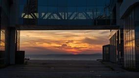 Piękny zmierzchu widok nad morzem obramiającym szklanym budynkiem biurowym zdjęcie stock