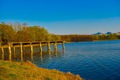 Piękny zmierzchu widok przy sztucznym jeziorem Tirana fotografia stock