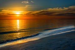 Piękny zmrok - pomarańczowy idylliczny zmierzch oceanem obraz royalty free