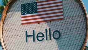 Piękny znak z flaga amerykańską z wpisowy cześć w Angielskim Znak z wpisowy cześć na tle zbiory wideo