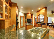 Piękny zwyczaj projektował kuchennego pokój z wspaniałym granitem Obrazy Royalty Free