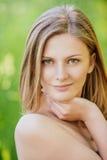 Pięknych dziewczyny blondynki zbliżeń krótki włosy obraz stock