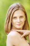 Pięknych dziewczyny blondynki zbliżeń krótki włosy zdjęcie stock