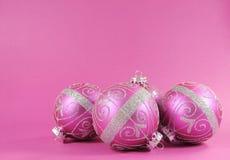 Pięknych fuksj menchii bauble świąteczni ornamenty na kobiecym różowym tle z kopii przestrzenią Fotografia Royalty Free