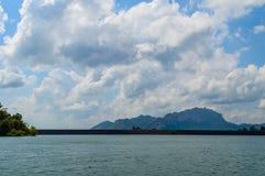 Pięknych gór jeziorny rzeczny niebo i naturalni przyciągania w Ratchaprapha tamie przy Khao Sok parkiem narodowym, Surat Thani pr Zdjęcia Royalty Free