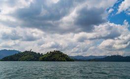 Pięknych gór jeziorny rzeczny niebo i naturalni przyciągania w Ratchaprapha tamie przy Khao Sok parkiem narodowym, Surat Thani pr Zdjęcie Stock
