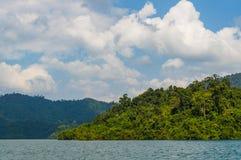 Pięknych gór jeziorny rzeczny niebo i naturalni przyciągania w Ratchaprapha tamie przy Khao Sok parkiem narodowym, Surat Thani pr Obrazy Royalty Free