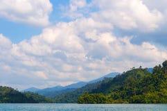 Pięknych gór jeziorny rzeczny niebo i naturalni przyciągania w Ratchaprapha tamie przy Khao Sok parkiem narodowym, Surat Thani pr Obraz Stock