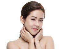 Pięknych kobiet azjatykci szczęśliwy uśmiechający się z dobry zdrowym skóra twój twarz na białym tle Obrazy Royalty Free
