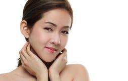 Pięknych kobiet azjatykci szczęśliwy uśmiechający się z dobry zdrowym skóra twój twarz odizolowywającą na białym tle Zdjęcie Royalty Free
