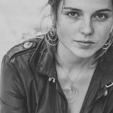 Pięknych kobiety twarzy portreta piegów miasta mody uliczny natura fotografia stock