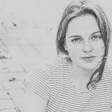 Pięknych kobiety twarzy portreta piegów miasta uliczny czerń i whi zdjęcia stock