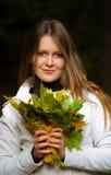 pięknych liść klonowa portreta kobieta Zdjęcie Royalty Free
