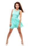 Pięknych potomstw brunetki szczupła kobieta jest ubranym błękitną suknię odizolowywa Obrazy Stock