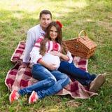 Pięknych potomstw ciężarna para ubierał w krajowy ukraiński stylowym mieć pinkin w jesień parku Macierzyński i rodzinny szczęście Zdjęcie Royalty Free