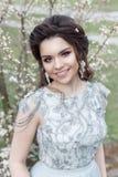 Pięknych potomstw czuła homoseksualna dziewczyna z piękną ślubną fryzurą z śnieżnobiałym uśmiechem w zaświeca suknię chodzi w wio Zdjęcie Stock