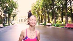 Pięknych potomstw dziewczyny wzorcowy szkolenie biega w parku, zwolnione tempo zbiory