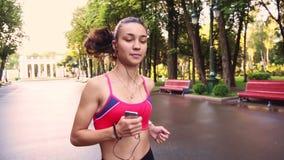 Pięknych potomstw dziewczyny wzorcowy szkolenie biega w parku, zwolnione tempo zbiory wideo