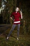 Ładna dama pozuje w jesień parku Obraz Royalty Free
