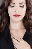 pięknych zamkniętych oczu warg czerwona zmysłowa kobieta zdjęcie royalty free