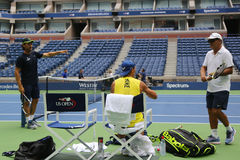 Piętnaście czasów wielkiego szlema mistrz Rafael Nadal Hiszpania z jego trenuje Tony Nadal R i Carlos Moya podczas praktyki dla U Zdjęcie Royalty Free