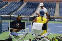 Piętnaście czasów wielkiego szlema mistrz Rafael Nadal Hiszpania z jego trenuje Tony Nadal R i Carlos Moya podczas praktyki dla U Zdjęcia Stock