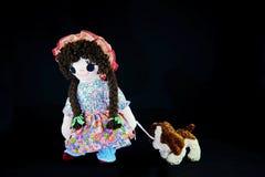Piętowy szczeniak 2, pozwalał ` s iść dla spaceru Nowa poza Rocznik dziewczyny gałganiana lala z jej szczeniakiem; przedstawiając Obrazy Royalty Free