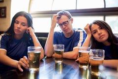 Piłek nożnych fan ogląda futbolowego dopasowanie przy barem lub pubem Zdjęcie Stock