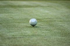 piłkę ścinku golfa ścieżki tee odosobnione obrazu Obraz Stock