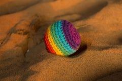 Piłka barwiona nić na ciepłym piasku Zdjęcie Stock