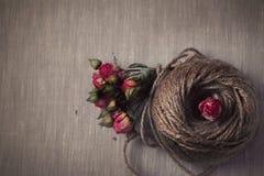 Piłka dratwa z wysuszonym róża bukietem Obrazy Royalty Free