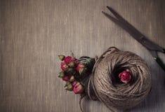 Piłka dratwa z wysuszonym róża bukietem Obrazy Stock