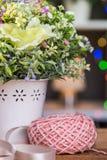 Piłka dziewiarska przędza z kwiatami Obraz Stock