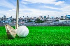 Piłka golfowa, żelazo i trójnik na sztucznej zielonej trawie, zdjęcie stock