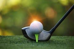 Piłka golfowa i kij golfowy w pięknym polu golfowym przy Tajlandia Co obrazy stock