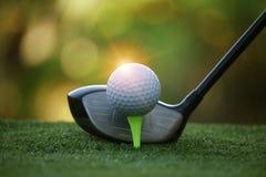 Piłka golfowa i kij golfowy w pięknym polu golfowym przy Tajlandia Co zdjęcia royalty free