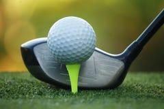 Piłka golfowa i kij golfowy w pięknym polu golfowym przy Tajlandia Co obraz stock
